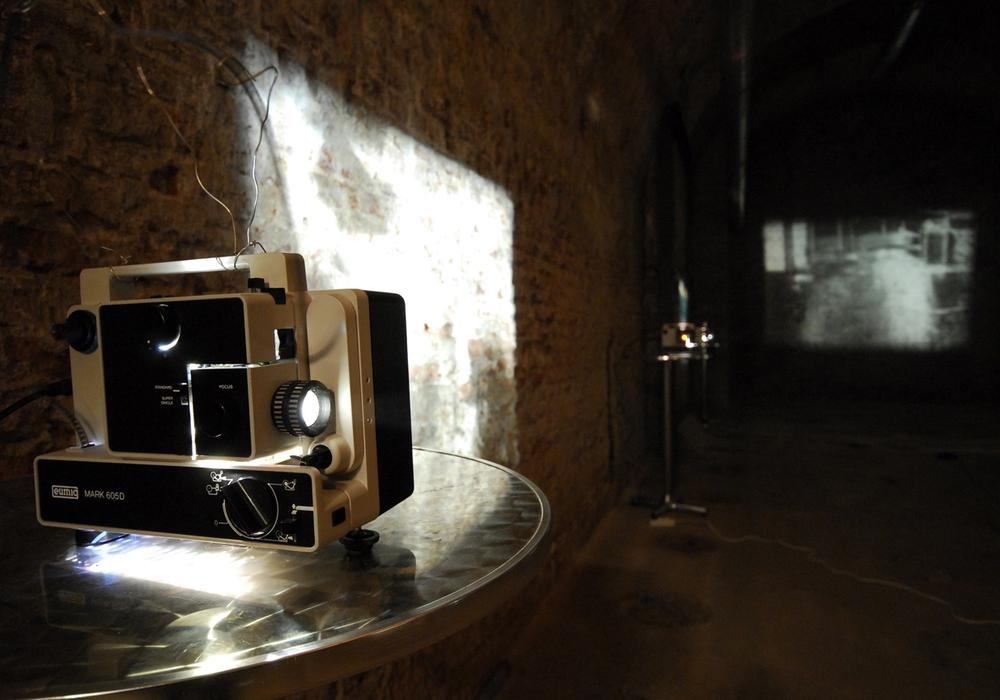 """In der Installation """"stadtflimmern"""" werden auf 40 Projektoren in Endlosschleifen, sogenannten Loops, Filmszenen aus der Stadt an die Wände der Kasematten geworfen. Fotos: Anke Donner / Jürgen Lossau"""