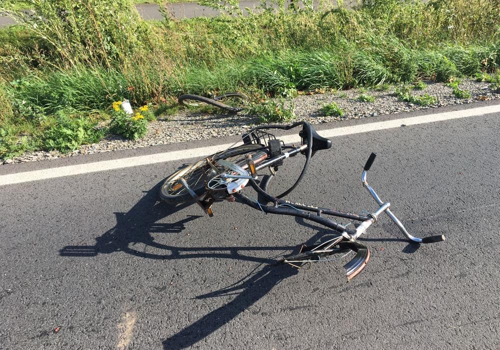 Der Fahrradfahrer kam zu Fall, als er der Plane ausweichen musste. Foto: aktuell24 (bm)