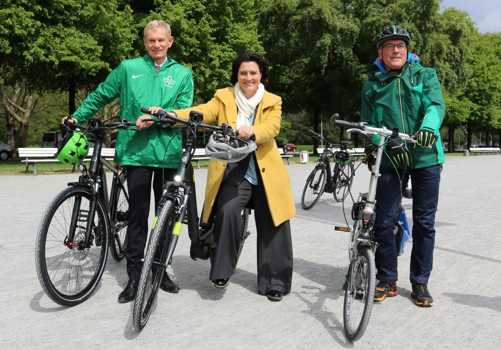 Von links: Dr. Jürgen Peter (Vorstandsvorsitzender AOK Niedersachsen), Carola Reimann (Niedersächsische Sozialministerin) und Volker Czech (stellvertretender Vorsitzender ADFC Niedersachsen). Foto: AOK