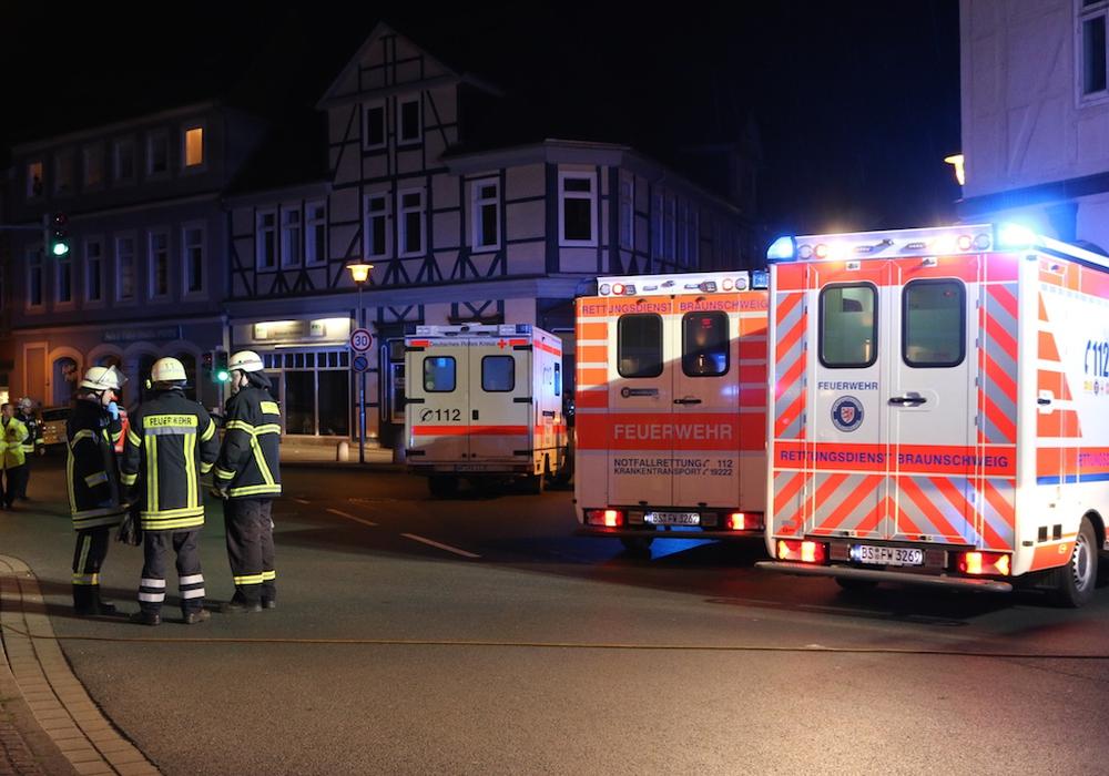 Rettungswagen aus der ganzen Region eilten am Samstagabend nach Wolfenbüttel. Foto: Werner Heise