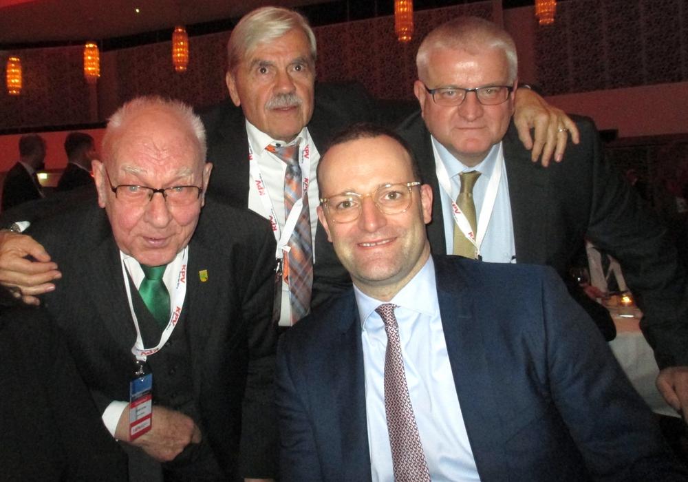 Beim KPV Kongress in Koblenz sprachen die niedersächsischen Delegiert mit dem Bewerber um den CDU-Bundesvorsitz Jens Spahn (2.v.re.). Weiter im Bild von links: Dieter Lorenz, Heinrich Schaper und Eckehard Grunwald. Foto: privat