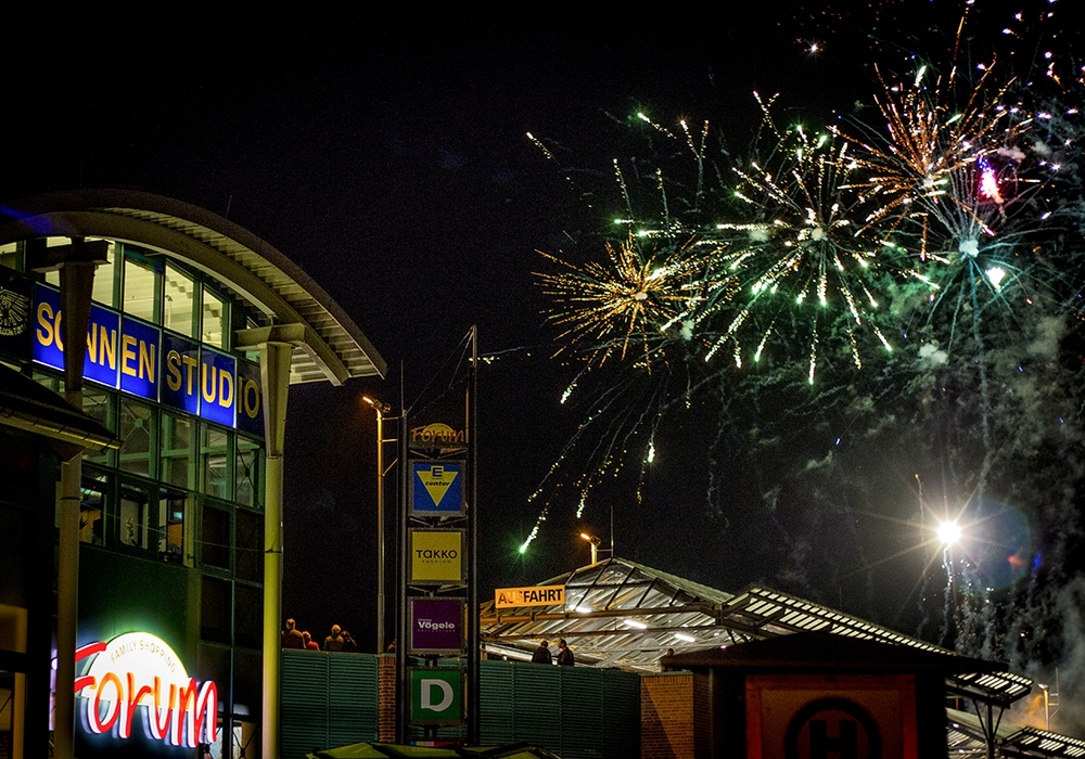 Zur passenden Einstimmung auf das Lichterspiel der schimmernden Laternen, wurde vom Parkdeck des Forums aus ein Feuerwerk entzündet. Foto: Werner Heise