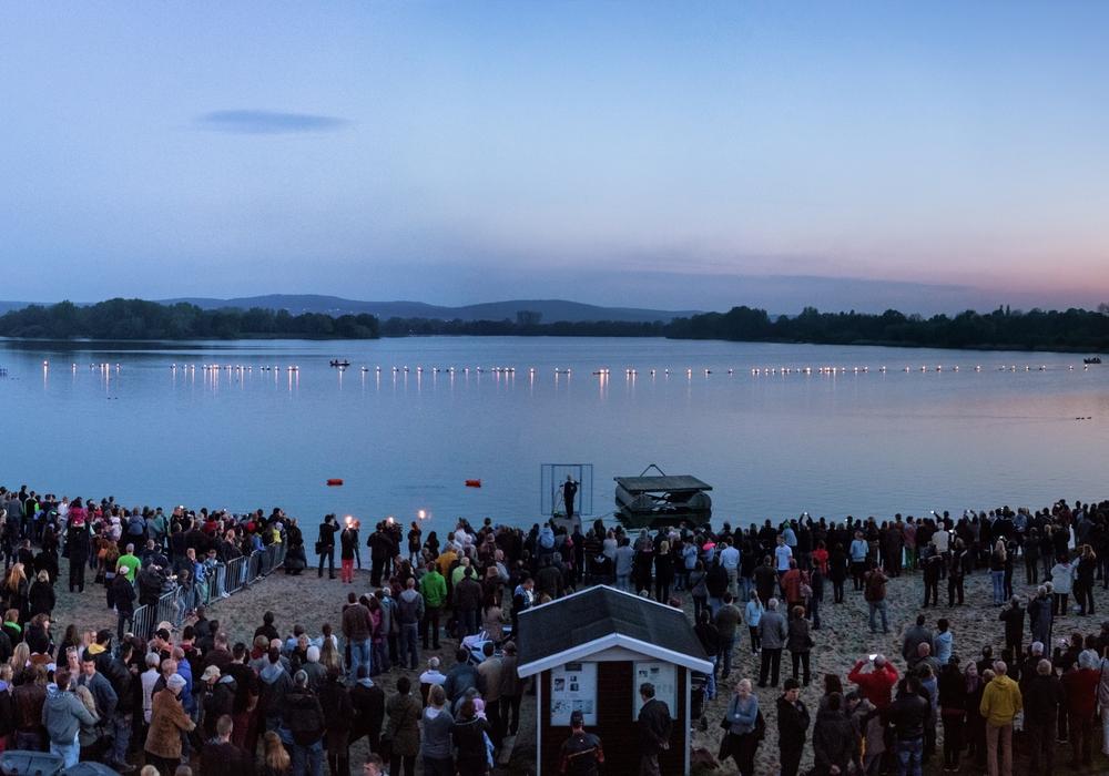 Bereits zum zehnten Mal findet das Fackelschwimmen am Salzgittersee statt. Foto: Stadt Salzgitter/ Andre Kugellis