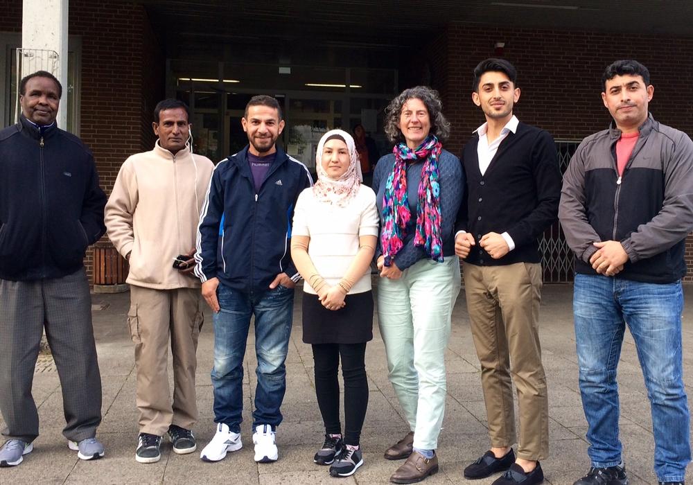 Mitglieder des Flüchtlingsrats, darunter Vorstandsmitglieder Nazanin Mohamadi (Mitte) und Nesar Brikzai (2. v.r.), mit Ghalia El Boustami, Bündnis 90 /Die GRÜNEN Wolfenbüttel. Foto: privat.