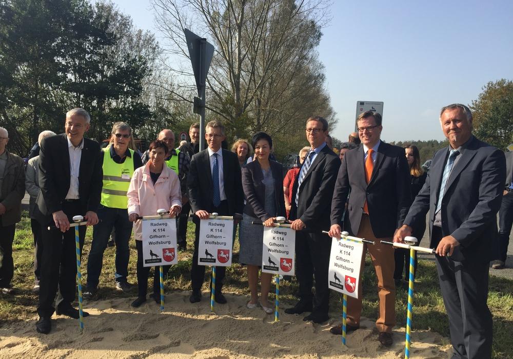 Mit lautem Fahrradklingeln fällt der Startschuss zum neuen Radweg. Foto: Stadt Wolfsburg