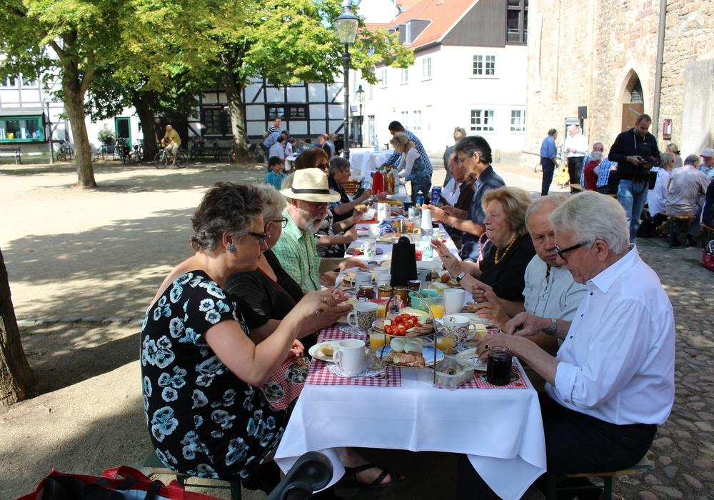 Die Frühstücks-Besucher genießen ihr gemeinschaftliches Frühstück vor der Magni-Kirche. Fotos: Jan Borner