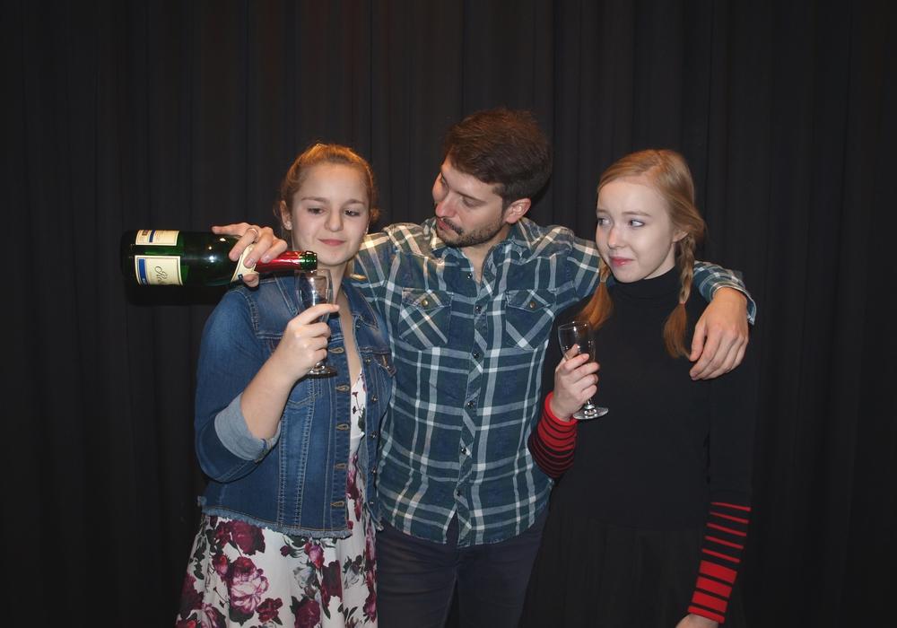 Tatjana (Sarah Leonhardt), Michaela (Angelina Schlieper) und Thomas (Sascha Kropf) nutzen die Abwesenheit seiner Frau, um sich zu amüsieren. Foto: kleine bühne