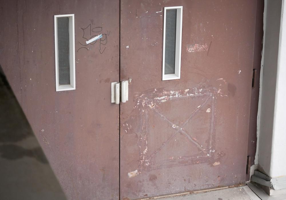Selbst vor einer Stahltür machten die Diebe kein Halt. Symbolfoto: Alexander Panknin