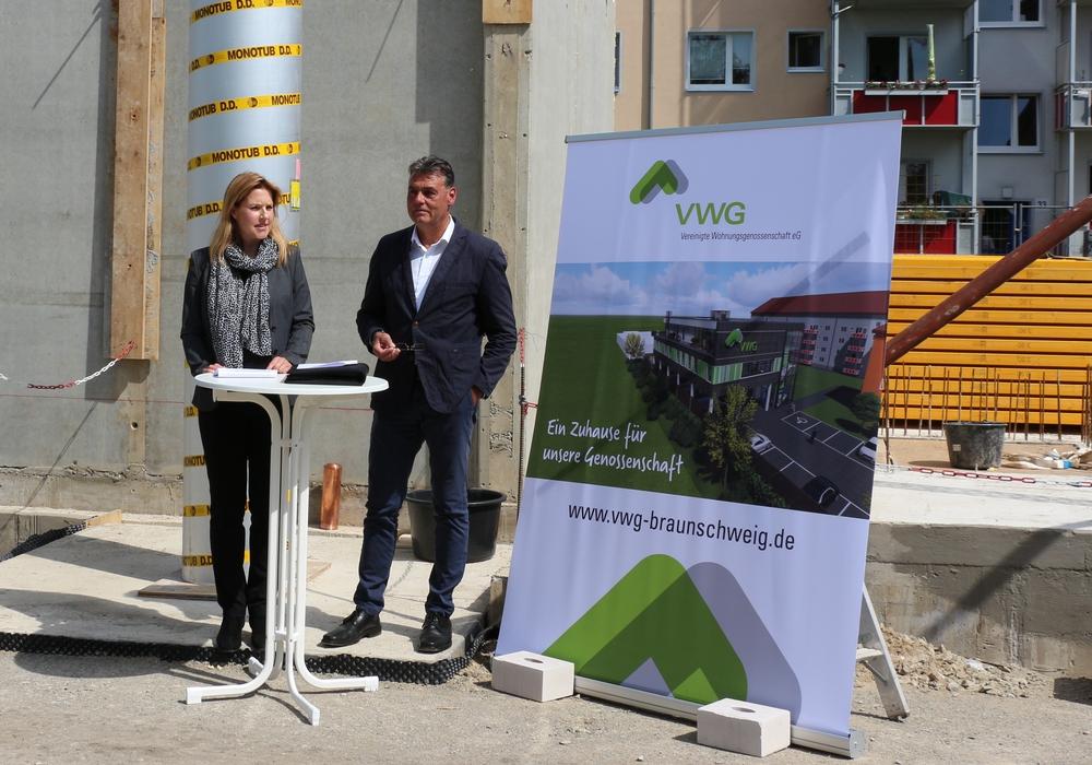 Die Vorstandsmitglieder Silke Koch-v. Czapiewski und Andreas Rost begrüßen die Gäste. Foto: VWG