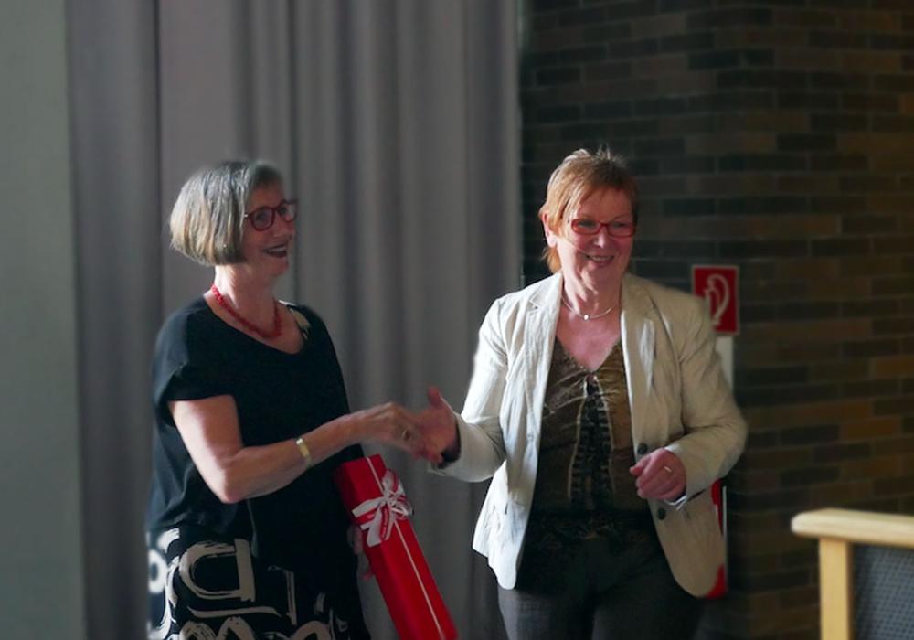 Oberstudiendirektorin Sabine Held-Brunn wird von Stadträtin Christa Frenzel mit einer warmen Rede in den Ruhestand entlassen. Foto: Alexander Panknin