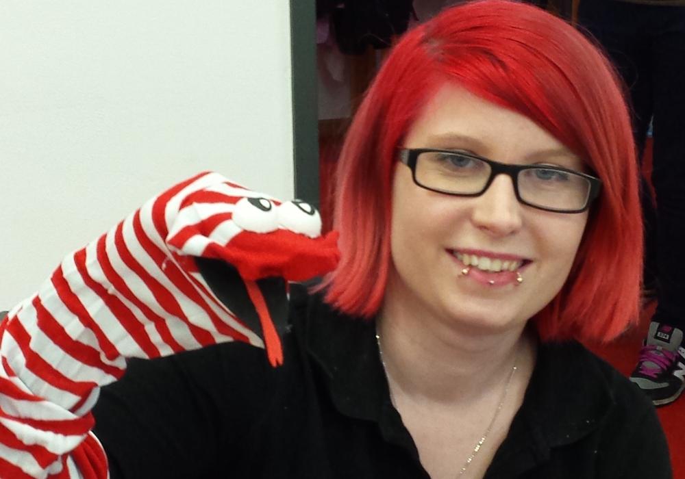 Sarah Kniep absolviert derzeit eine Ausbildung zur Erzieherin am Diakonie-Kolleg und präsentiert eine selbst gestaltete Sockenpuppe, die im Kindergarten-Alltag zum Einsatz kommt. Foto: Diakonie-Kolleg
