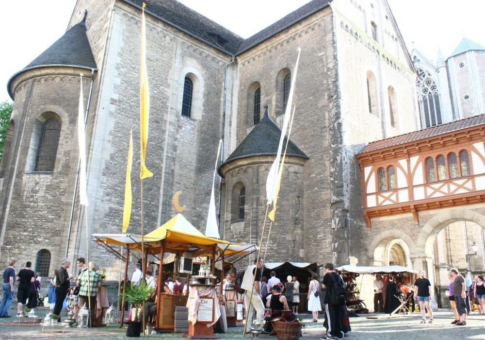 Rund um den Braunschweiger Burgplatz können die Besucher beim Mittelaltermarkt auf Zeitreise gehen. Archivfoto: Anke Donner