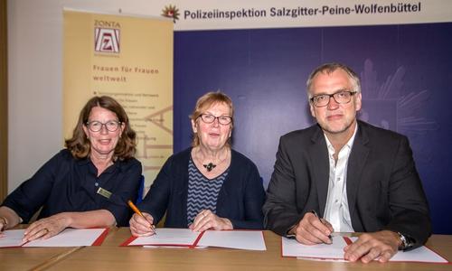 v.l. Anke Döhring, Christa Frenzel und Volker Warnecke unterzeichnen die gemeinsame Vereinbarung.