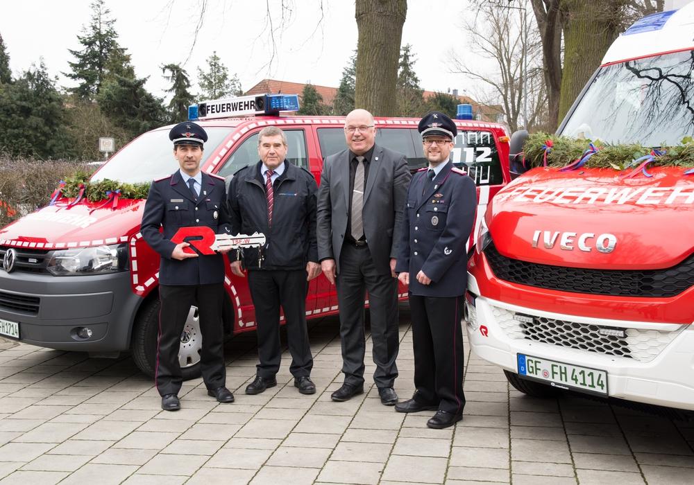 Zwei neue Fahrzeuge gab es für die Ortsfeuerwehr Ahnsen. Foto: Feuerwehr Ahnsen