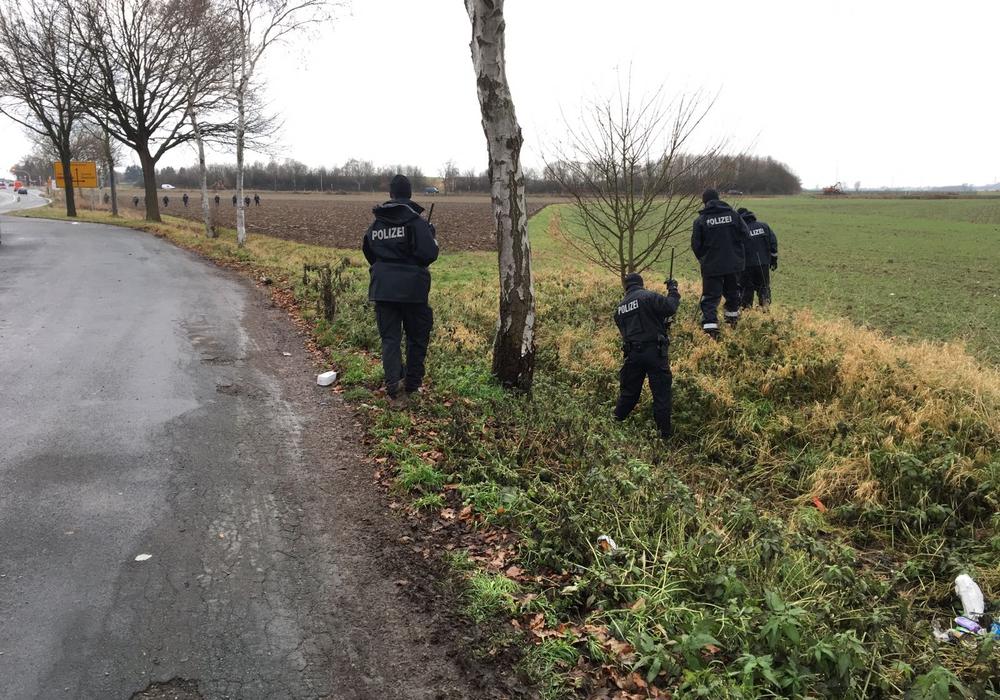 Polizisten sichern Spuren in der Nähe des Tatortes. Foto: aktuell24
