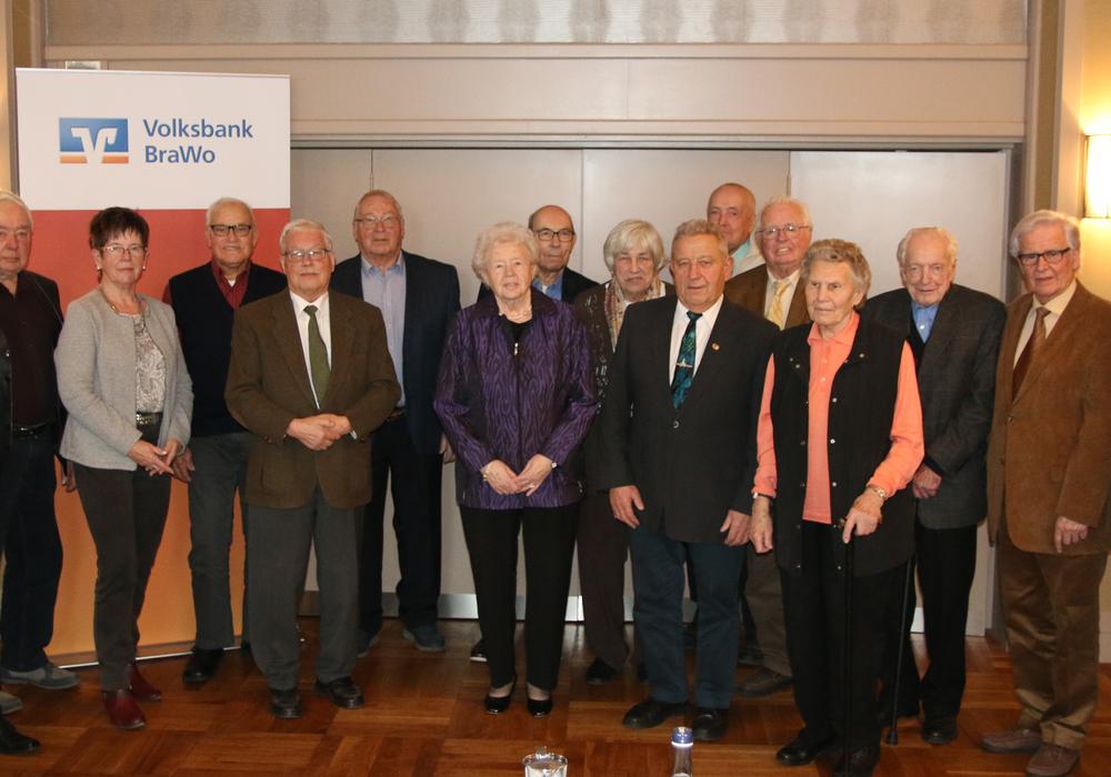 Ralf Schierenböken (ganz links), Vorstandsmitglied, und Stefan Honrath (ganz rechts), Leiter der Direktion Peine der Volksbank BraWo, ehrten die langjährigen Mitglieder im Hotel Schönau in Stederdorf. Foto: Volksbank BraWo