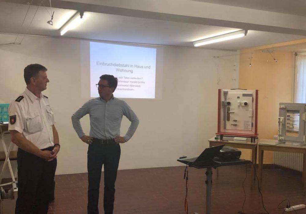 Falko Mohrs mit Harald Grothe vom Präventionsteam der Polizeiinspektion Wolfsburg-Helmstedt. Foto: Wahlkreisbüro Falko Mohrs
