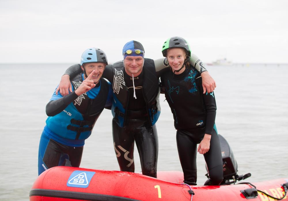 Wiebke Seifart (rechts) mit Ihrem Team nach dem Gewinnen der Goldmedaille. Foto: Daniel-André Reinelt (DLRG))