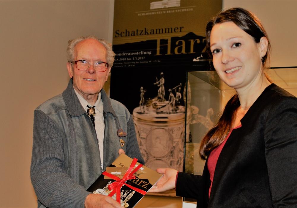Museumsleiterin Ulrike Sbresny überreicht dem besonderen Gast die Goldkarte (Jahreskarte) des Schlossmuseums. Foto: Schlossmuseum/Meyer.
