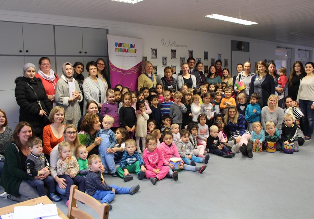 """Im Caritas Familienzentrum St. Maximilian Kolbe fiel heute der offizielle Startschuss zum Elternbildungs- und Sprachförderprogramm """"Rucksack"""". Fotos: Marian Hackert"""