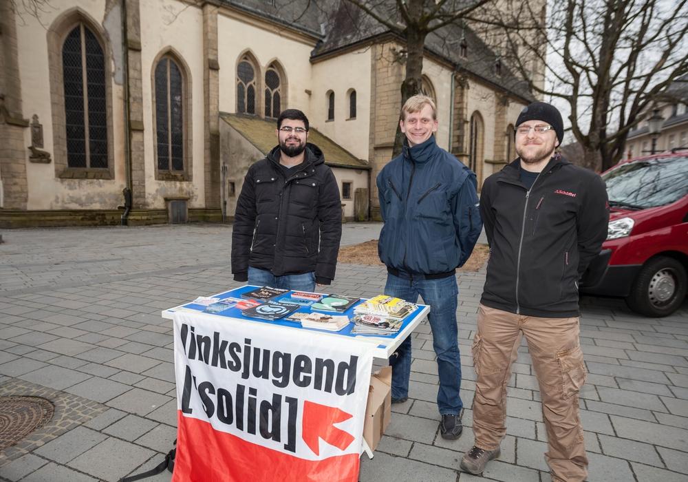 Mit infostand vor der Jakobikirche: Die Mitglieder der Linksjugend ['solid] BG Goslar Natig Mammadov, Dennis Bieda und Antonio Battagliola. Foto: Alec Pein