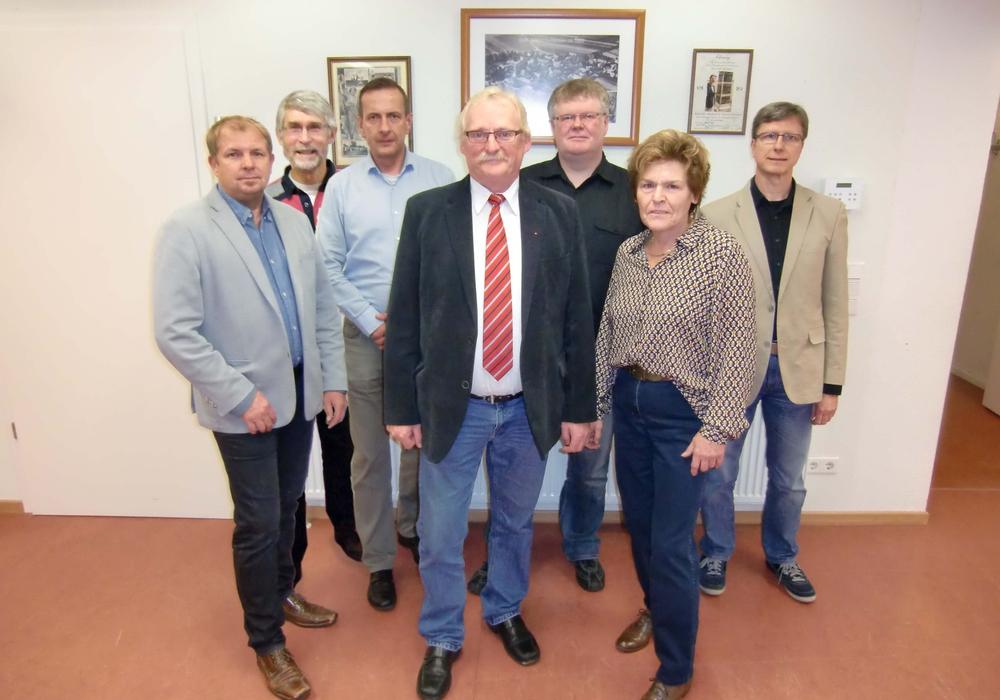 Der neue Ortsrat Gardessen: Andreas Horenburger (CDU), Wilhelm Bertram (WIWIG), Sven Vahldiek (CDU), Ortsbürgermeister Burkhard Wittberg (SPD), Dieter Zerbe (SPD), Sieglinde Bätge (SPD), Michael Schüling (WIWIG). Foto: Privat