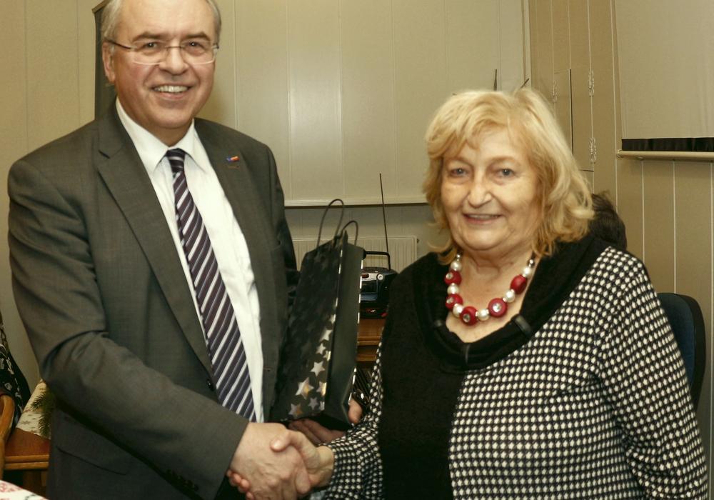 Dr. Burkhard Budde und Ilse Nickel auf der Weihnachtsfeier der Seniorenunion. Foto: Siegfried Nickel