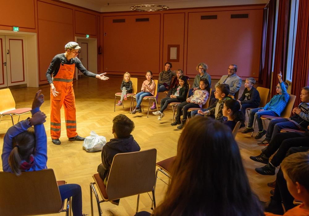 Mitmachtheater - Herr Stinknich, Tonni & unser wertvoller Müll mit Schülern der Rheinring Grundschule. Foto: Nibelungen-Wohnbau-GmbH