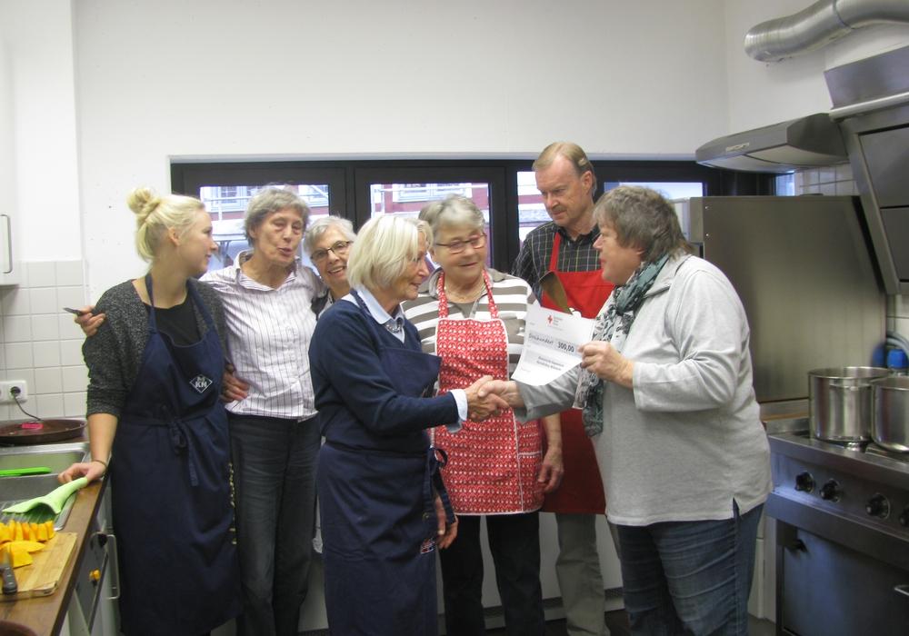 Die Spende nahm Marianne Effe von Sigrid Lindenberg  (rechts) entgegen. Foto: Carina Rischke