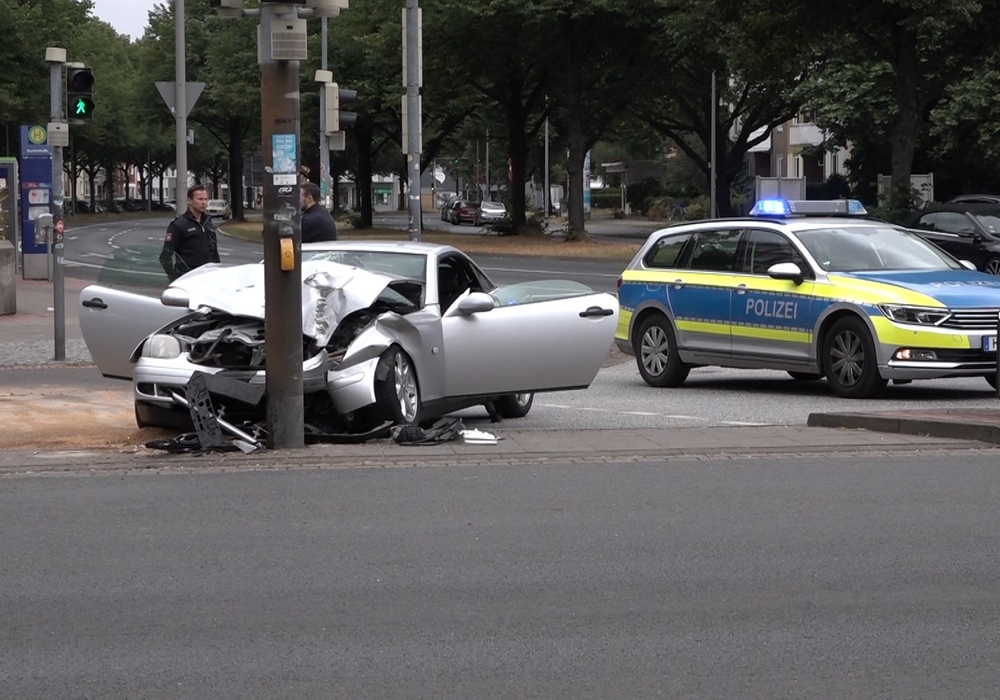 Der Unfallwagen nach dem Zusammenstoß mit dem Ampelmasten. Foto: aktuell24