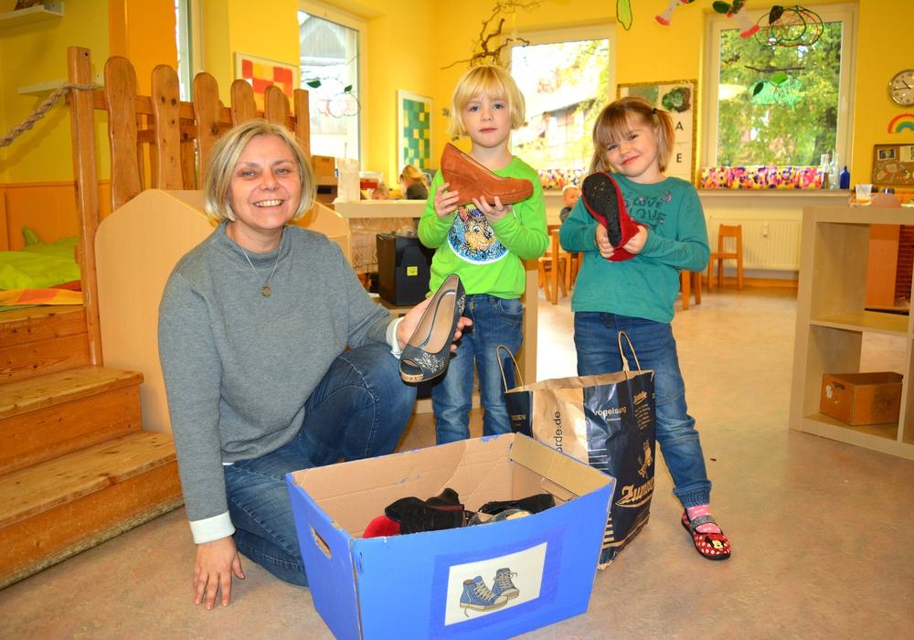 """Kita-Chefin Heike Hollemann und die Kinder freuen sich auf viele Spenden für das """"Shuuz""""-Projekt. Fotos: Evangelisch-Lutherischer Kirchenkreis Peine"""