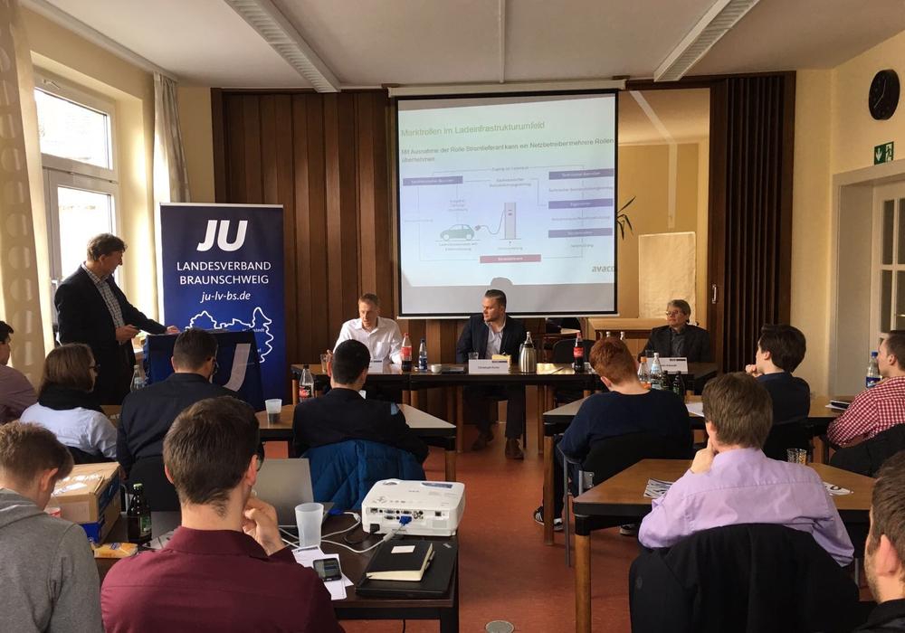 Die rund 50 JUler entwickelten mit Experten aus der Automobil- und Energiewirtschaft zahlreiche Thesen und Ideen zur Ausweitung von E-Mobilität auf deutschen Straßen. Foto: JU Braunschweig