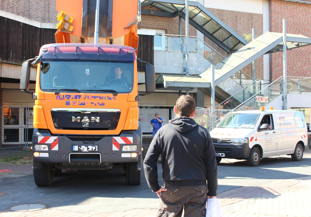 LKW lädt Bausand am ehemaligen Hertie-Gebäude ab. Foto: Max Förster
