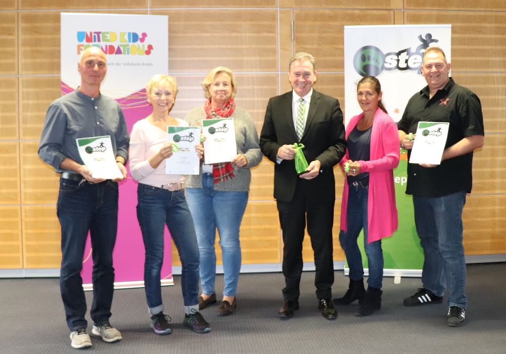 Thomas Fast, Leiter der Direktion Gifhorn  der Volksbank eG Braunschweig Wolfsburg zusammen mit den Gifhorner Lehrkräften. Foto: Julia Seidel