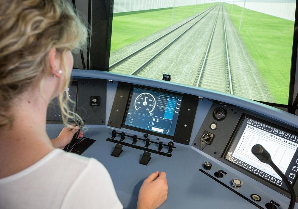 Untersuchung des Triebfahrzeugführerarbeitsplatzes im Führerstandsimulator RailSET am DLR. Foto: DLR