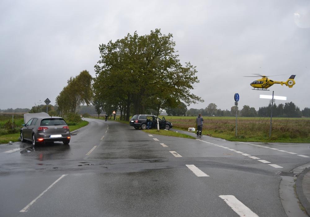 Eine der Unfallbeteiligten musste mit dem Hubschrauber in das Wolfenbütteler Klinikum geflogen werden. Foto: Polizei Gifhorn