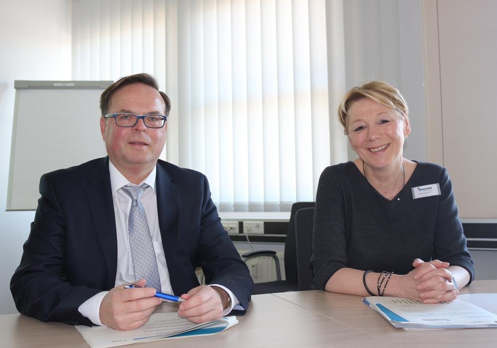 Das Jobcenter Braunschweig zog eine Jahresbilanz und wagte einen Blick in das neue Jahr. Jörg Hornburg,  Geschäftsführer des Jobcenters Braunschweig und Katrin Miehe-Scholz, Bereichsleiterin Markt und Integration, stellten die Bilanz vor. Fotos: Anke Donner
