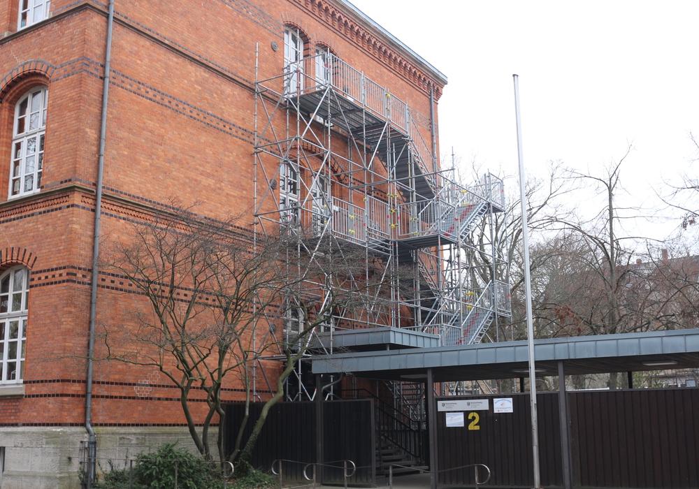 Die provisorische Treppe an der Grundschule Hohestieg. Foto: Braumann