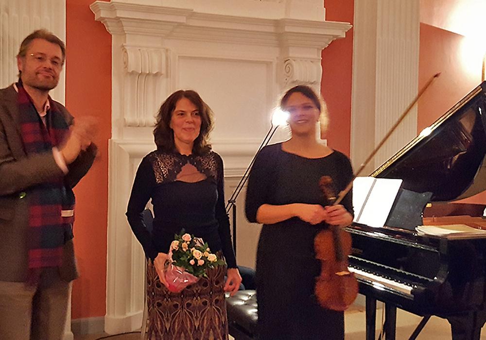Die Musikerinnen Susanne Busch (Violine) und Ulrike Engels (Klavier) interpretierten die Sonatina des Braunschweiger Komponisten Ulrich Kallmeyer. Foto: Annegrit Helke