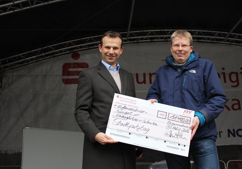 Silvester Plotka (Beirat Braunschweigische Sparkassenstiftung) übergibt den Scheck in Höhe von 11.400 Euro an Stadtbaurat Heinz-Georg Leuer. Fotos: Max Förster