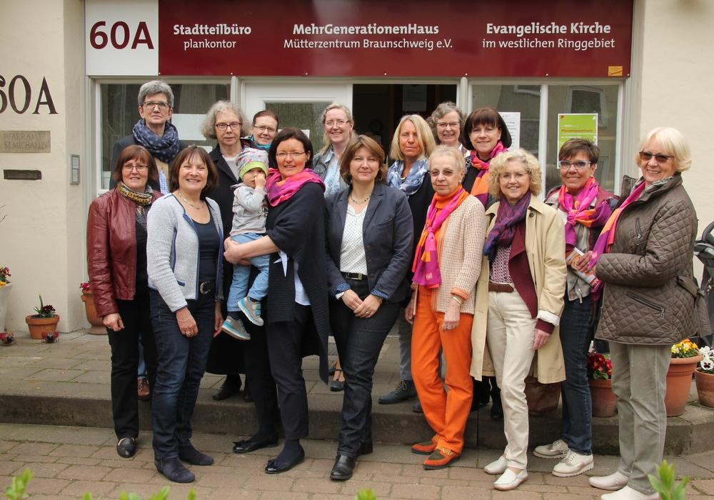 Monika Döhrmann, Leiterin, Marion Övermöhle-Mühlbach, Vorsitzende der Frauen Union des Landesbverbandes BS, mit Enkelkind Thies.  Foto: Hans Verstegen