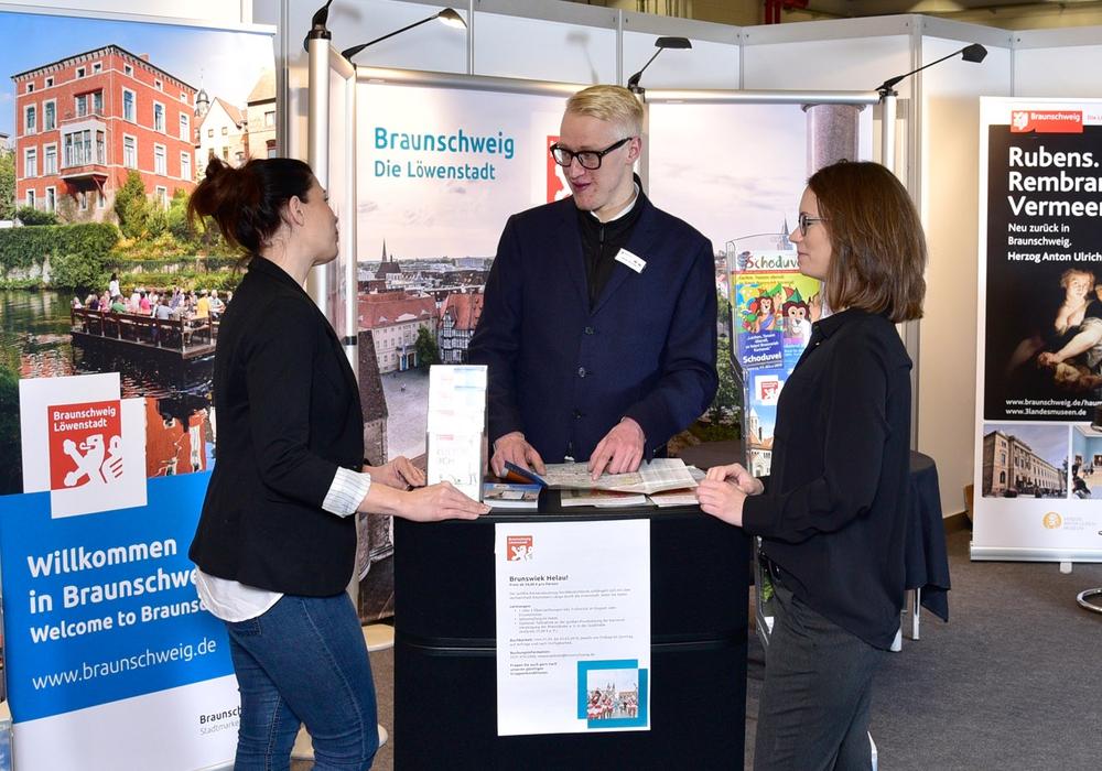 Am Messestand der Braunschweig Stadtmarketing GmbH können sich Besucherinnen und Besucher der ReiseLust Bremen zu dem vielfältigen Kultur- und Freizeitangebot in Braunschweig beraten lassen. Foto: Braunschweig Stadtmarketing GmbH/Andreas Heller