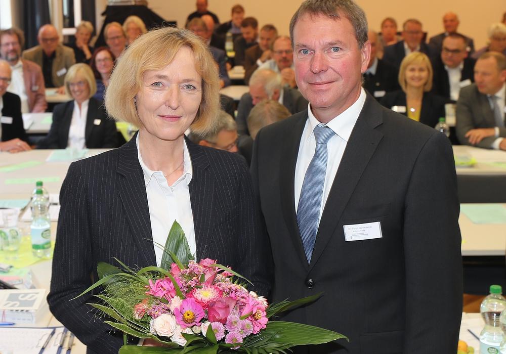 Ulrike Brand-Seiß erhält die Glückwünsche von Synodenpräsident Dr. Peter Abramowski zur erfolgreichen Wahl. Foto: Agentur Hübner