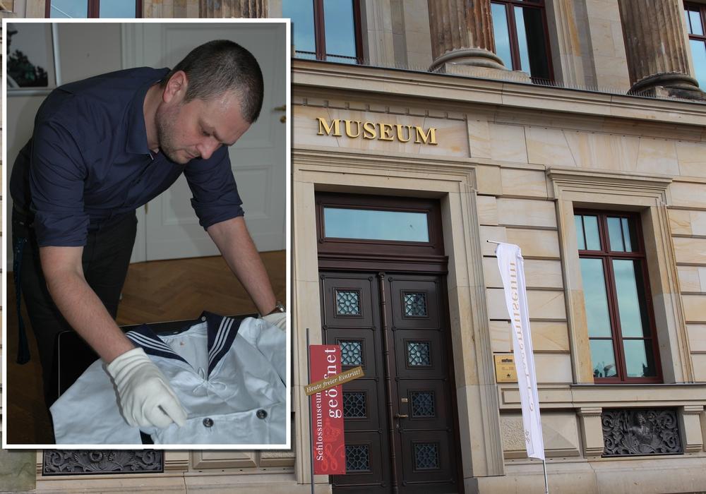 Ein wissenschaftlicher Mitarbeiter begutachtet den Anzug. Foto: Schlossmuseum/Nick Wenkel