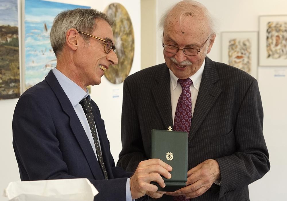 Generalkonsul Rodilosso überreicht Professor Doyé den Verdienstorden der Italienischen Republik. Foto: Ivano Pollestri
