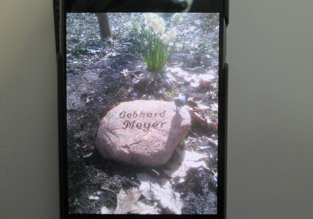 Dieser Grabstein wurde beschädigt. Symbolbild: Polizei Gifhorn