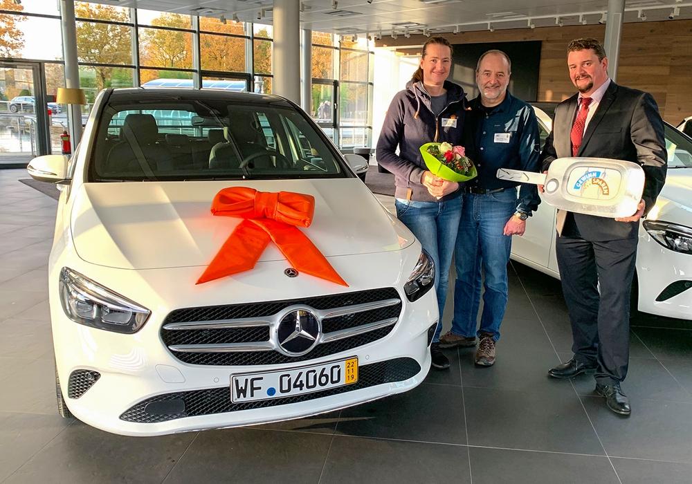 Kundenberater Dirk Loges von der Volksbank BraWo (rechts) bei der Gewinnübergabe der Mercedes-Benz B-Klasse an die Eheleute Singer. Foto: Volksbank BraWo