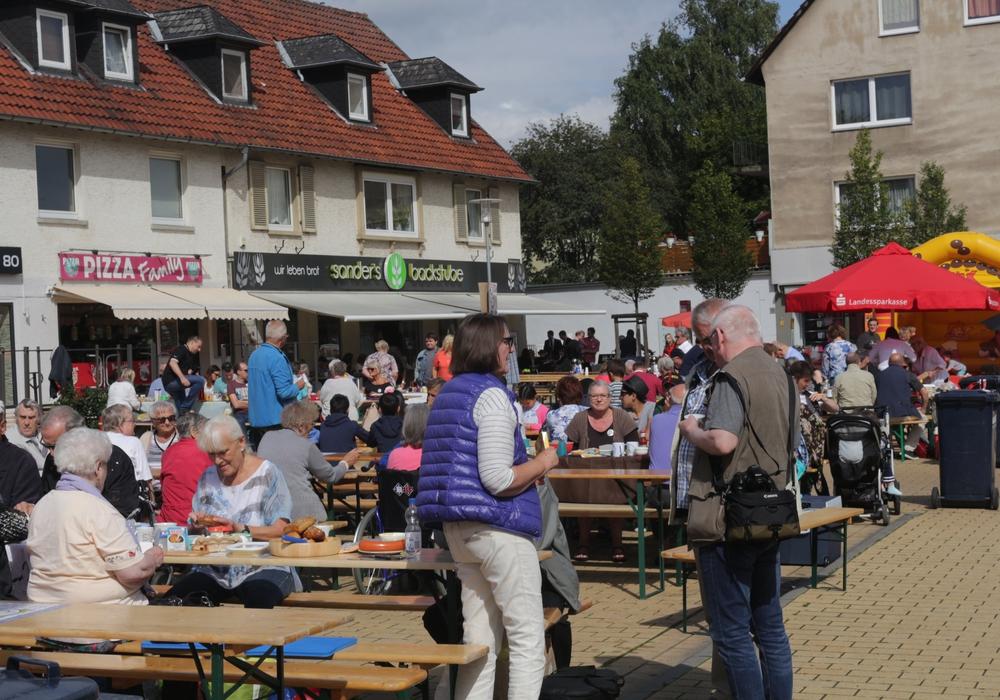 Ein Sonntagsfrühstück im Freien: Viele fröhliche Leute an langen Tischen, dazu Big-Band-Swing, Tanz und Spiele für Kinder. Fotos/Video: Robert