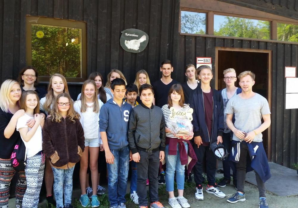 Schüler der Oberschule Langelsheim spendeten 600 Euro an das Tierheim Goslar. Foto: Tierheim Goslar