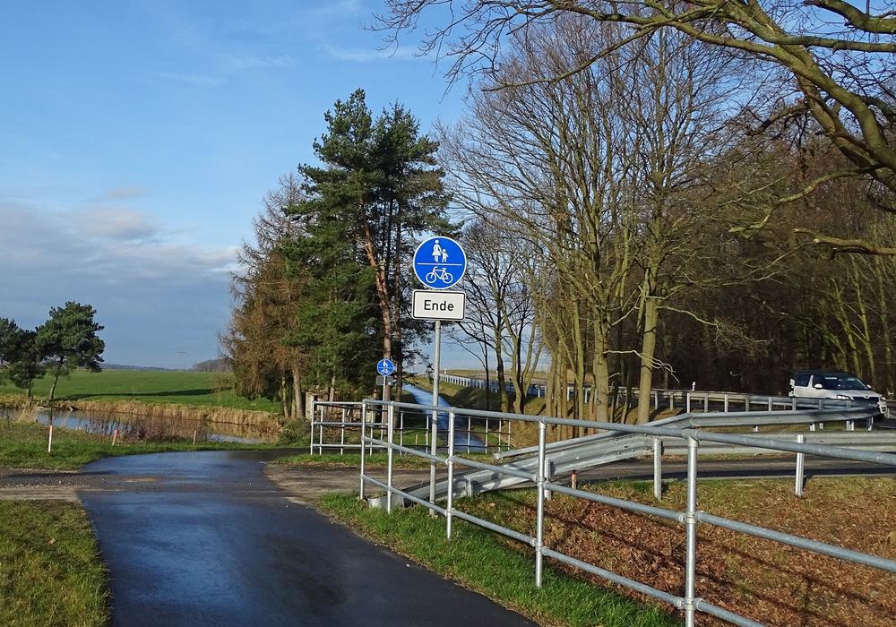 Das Ende des neu geschaffenen Geh-Radwegs an der B244 gibt Rätsel auf. Foto: Kreisverkehrswacht